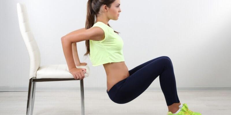 Ragazza allena tricipiti corpo libero