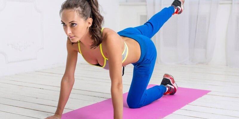Ragazza allenamento a corpo libero