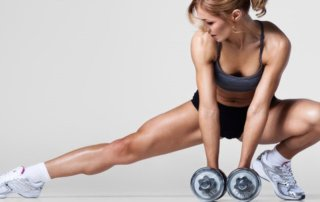 Ragazza allenamento con 2 manubri