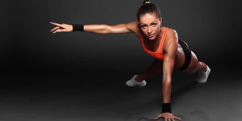 Ragazza allenamento tonificazione corpo libero