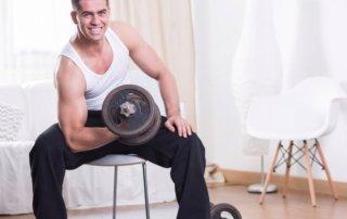 Ragazzo allena bicipite con 1 manubrio
