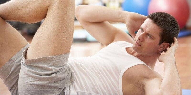 Ragazzo allenamento addominali corpo libero