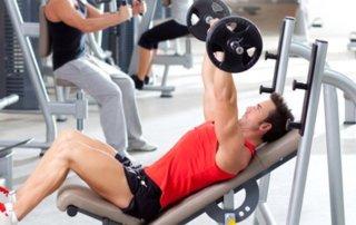 Ragazzo allenamento bilanciere inclinato