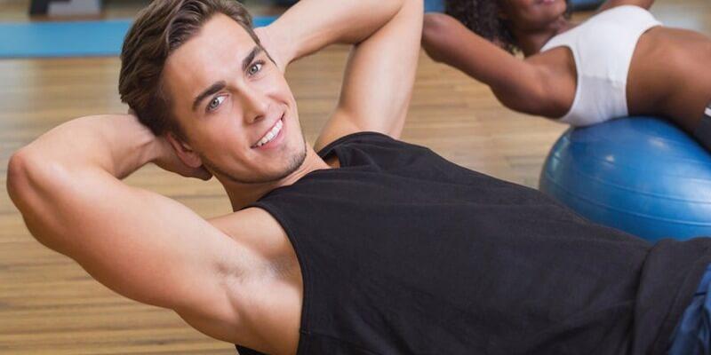 Ragazzo allenamento corpo libero