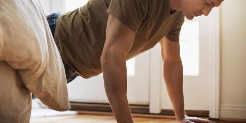 Ragazzo allenamento flessioni a corpo libero