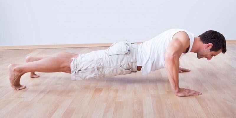 Ragazzo allenamento flessioni corpo libero