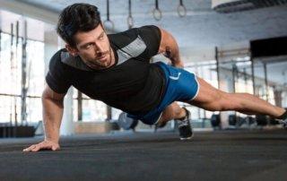 Ragazzo si allena a corpo libero