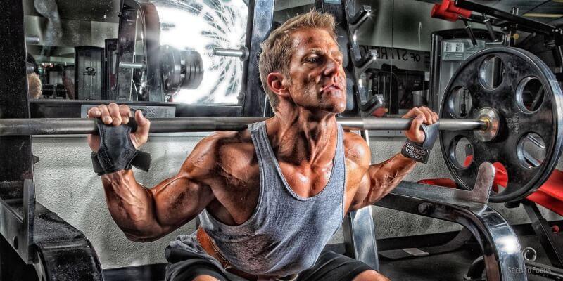 Uomo allenamento con bilanciere