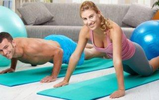 Uomo e donna si allenano a corpo libero