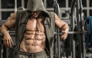 bodybuilder appoggiato bilanciere palestra