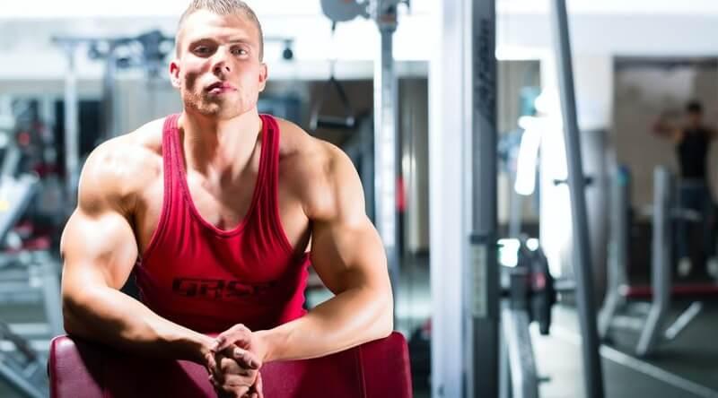 ragazzo in palestra aumentare muscoli