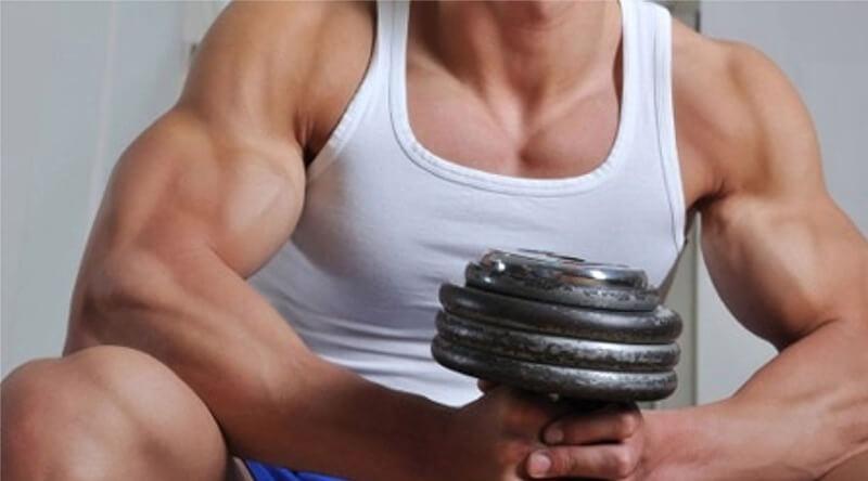 Uomo muscoloso con manubrio